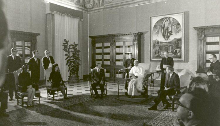 Astronauts_meet_Pope_Paul_VI_in_Rome copy